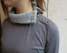 MAUVAISES HERBES /SIDE BUTTON TURTLE NECK / FRONT BIB TURTLE NECK
